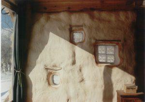 interior de una casa de pacas de paja